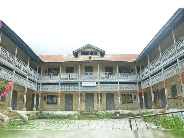 150 વર્ષ જૂની શિનોર તાલુકા શાળા છેલ્લા પાંચ વર્ષથી બંધ હાલતમાં છે. જેના ડીમોલેશન ક્યારે થશે તેવી લોકોમાં ચર્ચા થઈ રહી છે. - Divya Bhaskar