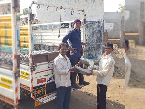 વેચાણ માટે આવેલા સિમેન્ટના ચૂલા ખરીદતા ગ્રામજનો. - Divya Bhaskar