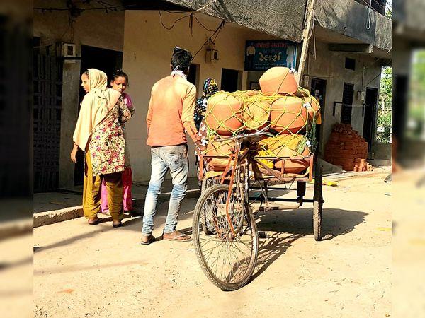 નસવાડીમા નળ લગાવેલ માટીના માટલા બિહારના લોકો વેચાણ કરી રહ્યા છે. - Divya Bhaskar