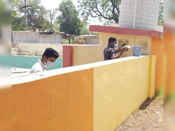 શાળાને કલરકામ અર્થે શિક્ષકો સાથે મીટિંગ યોજતા અને જાતે કલરકામ કરતા ભૂતપૂર્વ વિદ્યાર્થીઓ. - Divya Bhaskar