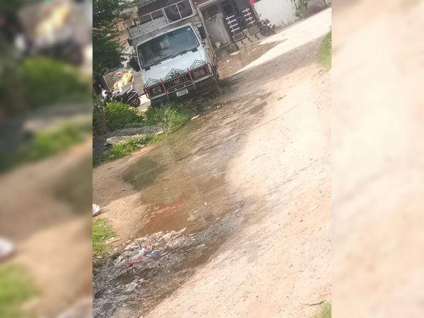 રાંધેજામાં ગટરના પાણી રોડ પર ફેલાતા લોકો ત્રાહિમામ પોકારી ઉઠ્યા છે. - Divya Bhaskar