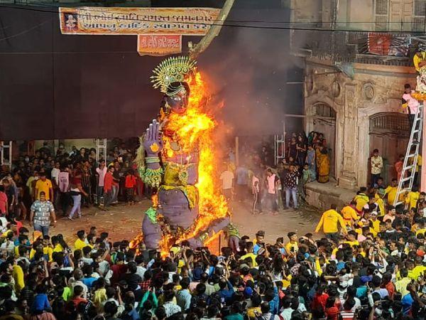 જામનગરમાં પૌરાણિક કથા અનુસાર હોલિકાનું દહન કરાયું