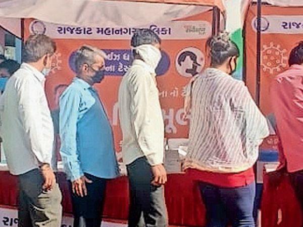 150 ફૂટ રિંગ રોડ પર રૈયા ચોકડી પાસે ટેસ્ટિંગ બૂથ સક્રિય કરાયા છે. આ માર્ગ પરથી પસાર થતા લોકોએ સ્વેચ્છાએ ટેસ્ટ બૂથ પર આવી ટેસ્ટ કરાવવાનું ચાલુ કર્યું છે. - Divya Bhaskar