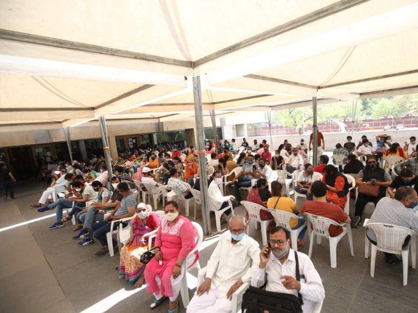 વેક્સિનનો જથ્થો ખૂટી પડતાં ટાગોર હોલ ખાતે 220 લોકોને 2 કલાક સુધી બેસી રહેવું પડ્યું હતું. - Divya Bhaskar