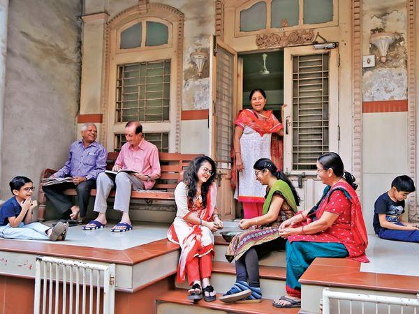 સુરતીઓના અસ્સલ મિજાજ પ્રમાણે સલાબતપુરાની ખાંગડ શેરીમાં હજી પણ પરંપરાગતરીતે પરિવારજનો ઓટલે બેસીને સમય પસાર કરે છે. આ પ્રકારનું દૃશ્ય સુરતના દરેક ઘરોમાં જોવા મળે છે. - Divya Bhaskar