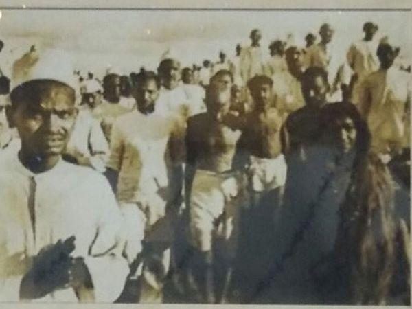 ભટ ગામની પ્રાથમીકશાળા અને ગાંધીજીની સભાની યાદગાર તસવીરો - Divya Bhaskar