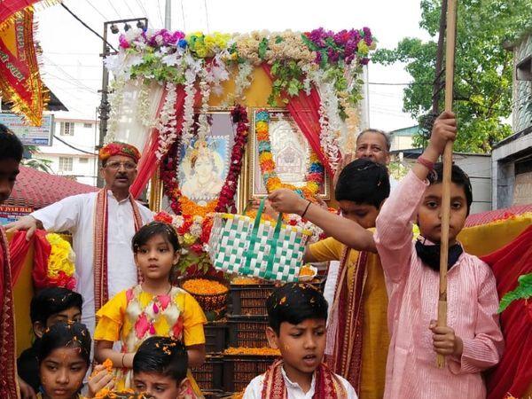 આ ફોટો આસામના ડિબ્રૂગઢનો છે. અહીં, ભગવાન શ્રીકૃષ્ણની ઝાંકી નિકાળીને ભક્તોએ હોળીની ઉજવણી કરી હતી.