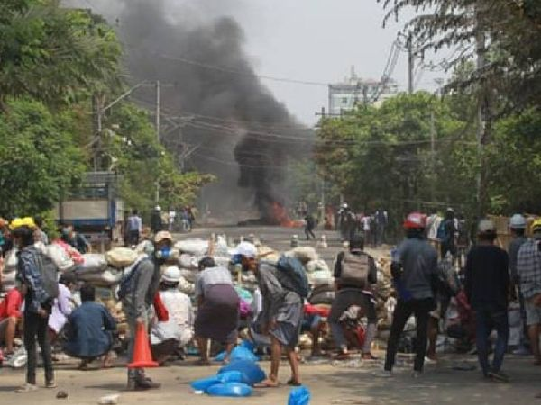 યંગૂનમાં પ્રદર્શન કરી રહેલા લોકોએ રસ્તાઓ બ્લોક કર્યા હતા. મ્યાનમારમાં મોટી સંખ્યામાં લોકો સૈન્યના તખ્તાપલટના વિરૂદ્ધ વિરોધ-પ્રદર્શન કરી રહ્યા છે.