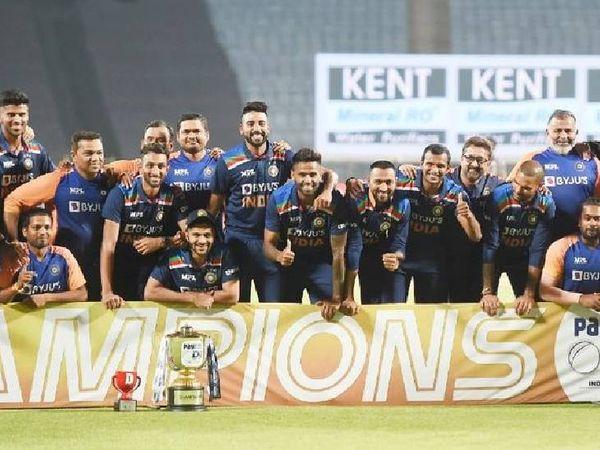 નિર્ણાયક મેચ જીત્યા પછી ભારતીય ટીમના ખેલાડીઓએ ટ્રોફી સાથે ફોટો પડાવ્યો હતો.