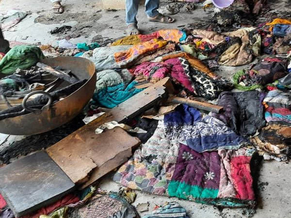 આગની ઘટનામાં ઘરનો માલસામાન પણ બળી ગયો હતો. - Divya Bhaskar
