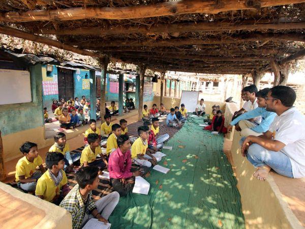 સરકારી સ્કૂલોમાં 200-300 બાળક દીઠ એક શિક્ષક હોય છે. સાધનો પણ હોતા નથી. આ ખોટ સેવા કુટિર પૂરી કરે છે. - Divya Bhaskar
