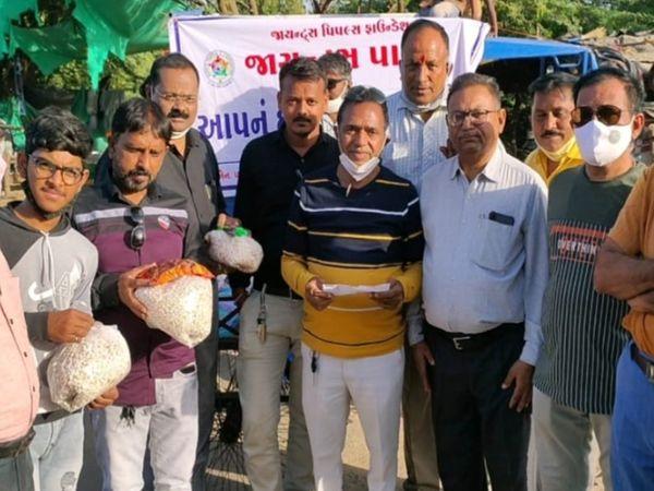 જરૂરીયાત મંદ પરિવારોને મદદ કરાઇ - Divya Bhaskar