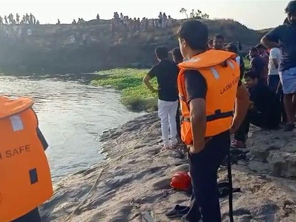 વાપીની દમણગંગા નદીમાં ધુળેટીના દિવસે ડૂબેલાં 2 તરૂણોની હજી સુધી ભાળ મળી નથી. - Divya Bhaskar
