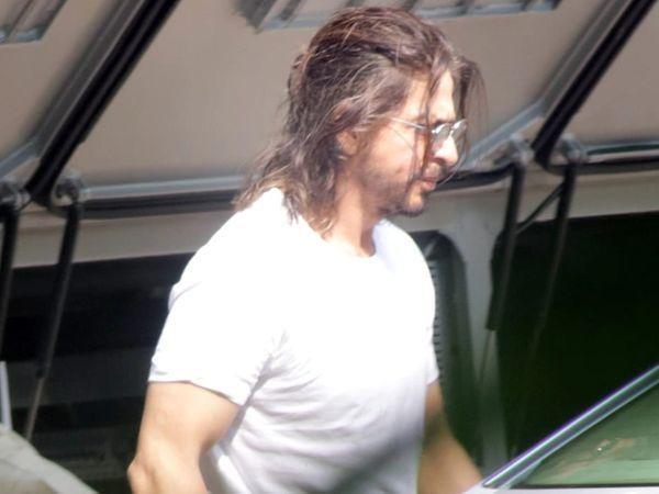 शाहरुख खान को दुबई में शूटिंग के दौरान लंबे बालों और दाढ़ी के साथ देखा गया था