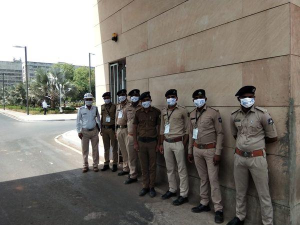લોકોને દંડ ફટકારતી પોલીસ હવે માસ્ક વિતરણ કરવા લાગી
