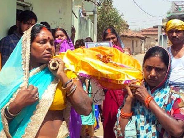 દીકરીથી દુઃખી પરિવારજનોએ તેનું પૂતળું બનાવી અંતિમસંસ્કાર કર્યા. - Divya Bhaskar