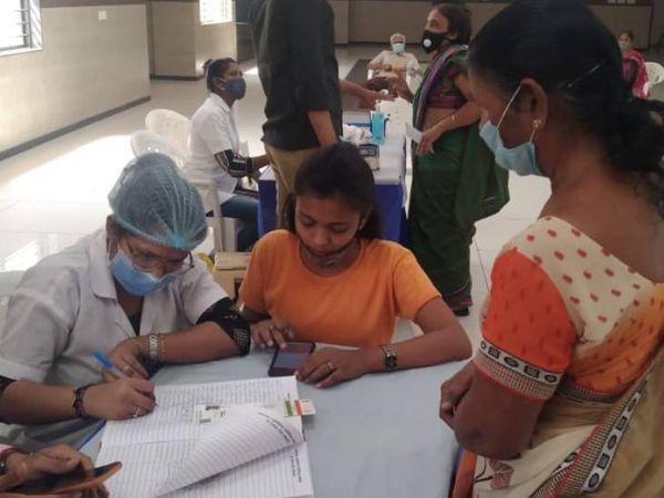 રસી આપ્યા બાદ 30 મિનિટ તેઓને ઓબ્ઝર્વેશન રૂમમાં રાખવામાં આવે છે