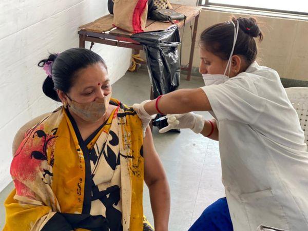વડીલો વેક્સિનેશન સેન્ટર સુધી સરળતાથી પહોંચી રહ્યા છે. - Divya Bhaskar