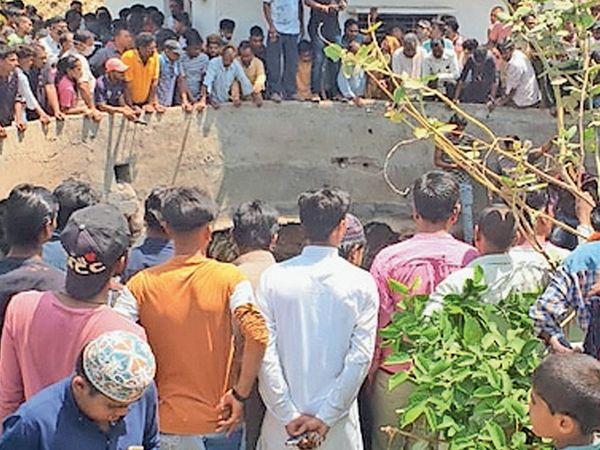 દાહોદ શહેરમાં ધુળેટીના દિવસે કિશોર કૂવામાં ડૂબી જતાં તેનો મૃતદેહ ફાયર વિભાગ દ્વારા શોધવામાં આવ્યો. - Divya Bhaskar