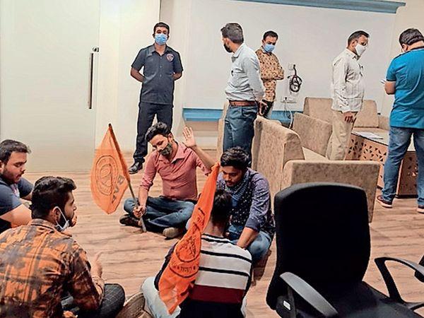 યુનિવર્સિટીમાં ધરણા સાથે વિરોધ કરી રહેલા વિદ્યાર્થીઓ. - Divya Bhaskar