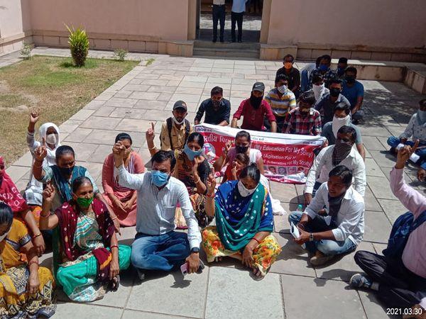 મંગળવારે યુનિવર્સિટીમાં કુલપતિની ચેમ્બર બહાર અને કેમ્પસમાં હોબાળો - Divya Bhaskar