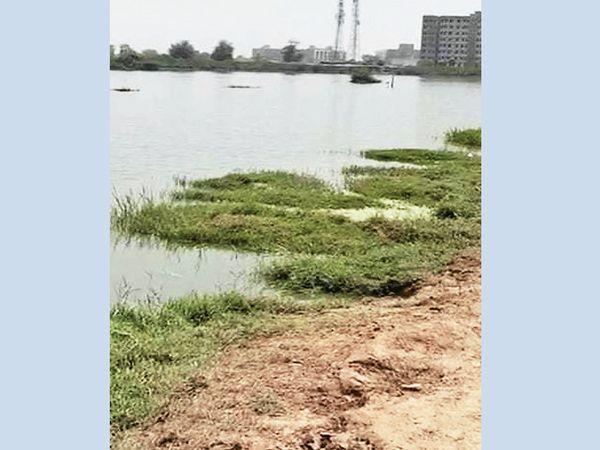 અહીં તળાવ જેવું દેખાઇ રહ્યું છે, પરંતુ તે પાણી સોસાયટીઓનું ગંદુ પાણી છે જે અહીં ડ્રેનેજ ન હોવાને કારણે એકઠું થયું છે. - Divya Bhaskar
