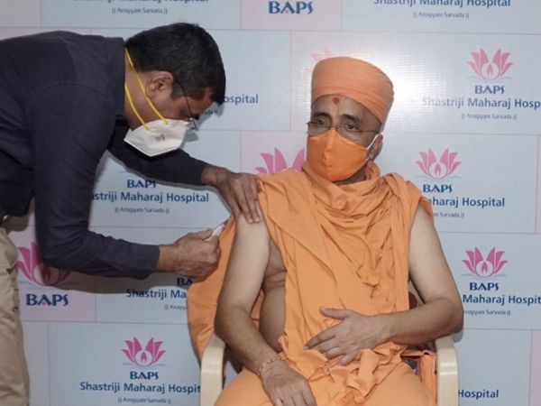BAPS શ્રી સ્વામિનારાયણ મંદિર અટલાદરાના 25થી વધુ સંતોએ આજે રસી મુકાવી હતી