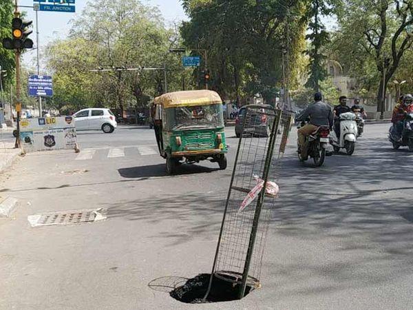 શાહીબાગ ખાતે લોકોની અવરજવર વધુ હોય છે તે માર્ગ પર જ ભૂવો પડ્યો