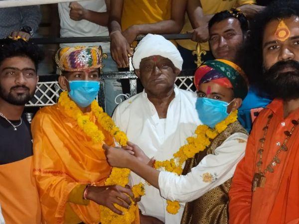 दूल्हा और दुल्हन ने मास्क पहना और एक-दूसरे की मालाएं पहनीं, जबकि अन्य बिना मास्क के समारोह में स्पॉट किए गए।