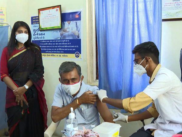 કલેક્ટર શાલિની અગ્રવાલે રસી મૂકાવવા આવેલા નાગરિકોનું પુષ્પગુચ્છ આપી અભિવાદન કર્યું