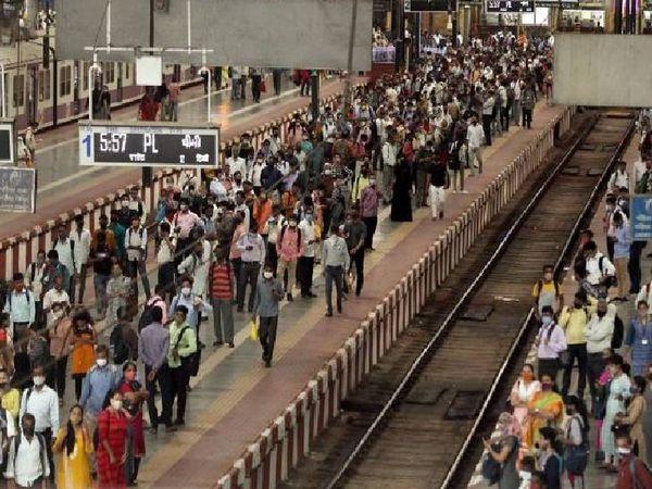 કોરોનાના વધતા જતા કેસોના પગલે મુંબઈના CSMT સ્ટેશન પર લોકોએ સોશિયલ ડિસ્ટન્સના લીરેલીરા ઉડાવ્યા - Divya Bhaskar
