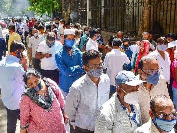 આ તસવીર મુંબઈના સેશન્સ કોર્ટની બહારની છે. અહીંયા કર્મચારીઓ ટેસ્ટિંગ માટે લાઈનમાં ઊભા રહ્યા છે.