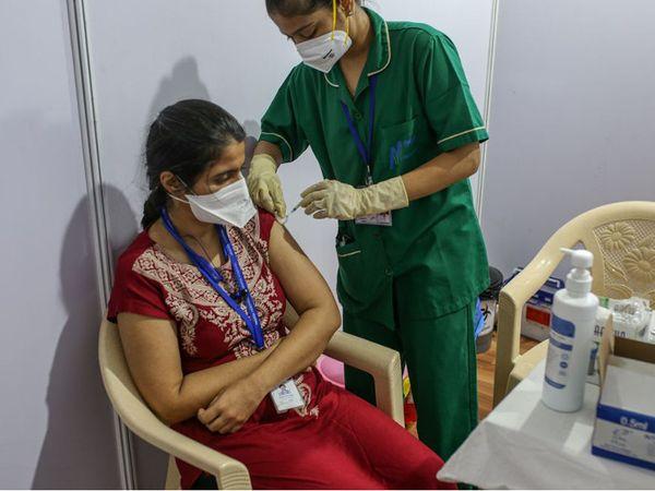 પ્રથમ દિવસે અમદાવાદમાં સૌથી વધુ 32797 લોકોએ રસી લીધી (ફાઈલ ફોટો).