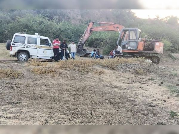 કોટાલી નજીકથી બેનંબરી રેતી ખનન ઝડપાયુ હતું. જેમાં એક હિટાચી મશીન અને એક રેતી ભરેલ ટ્રક ઝડપાઇ હતી. - Divya Bhaskar