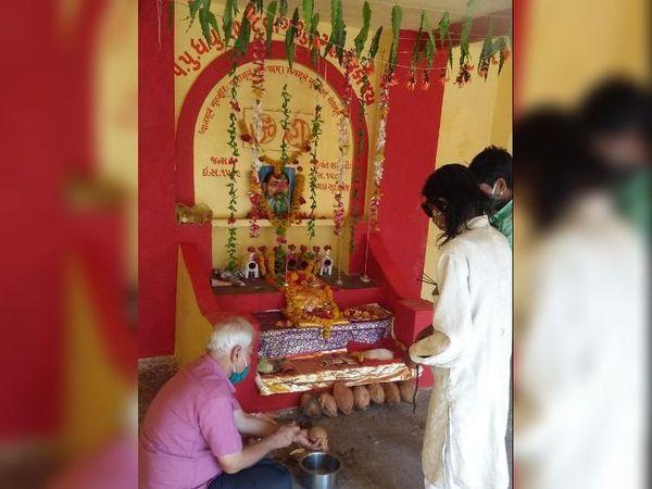 વાઘશૂર મહારાજના મંદિરે આદિવાસીઓ દ્વારા સાદગીથી પૂજા તથા બાધાઓ પૂર્ણ કરવામાં આવી હતી. - Divya Bhaskar