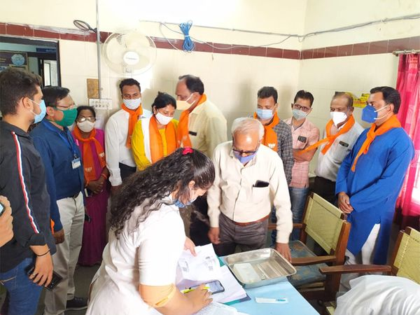 અમદાવાદની ઇન્ડિયા કોલોની વોર્ડના કોર્પોરેટર લોકોને રસીકરણ માટે કેન્દ્ર પર લાવ્યા હતા.