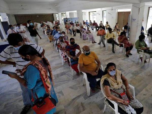 यह तस्वीर अहमदाबाद की है, जहां शुक्रवार को टीकाकरण के लिए लंबी कतारें थीं।