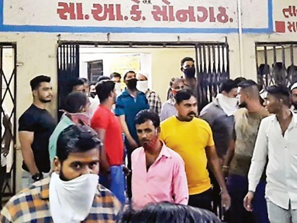 ઘટના બાદ અન્ય વેપારીઓ દવાખાને દોડી આવ્યા હતા. - Divya Bhaskar