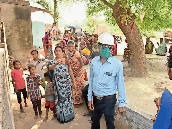 ઘટનાને પગલે વીજ કંપનીના કર્મીઓ સ્થળ પર દોડી આવ્યા હતા. - Divya Bhaskar