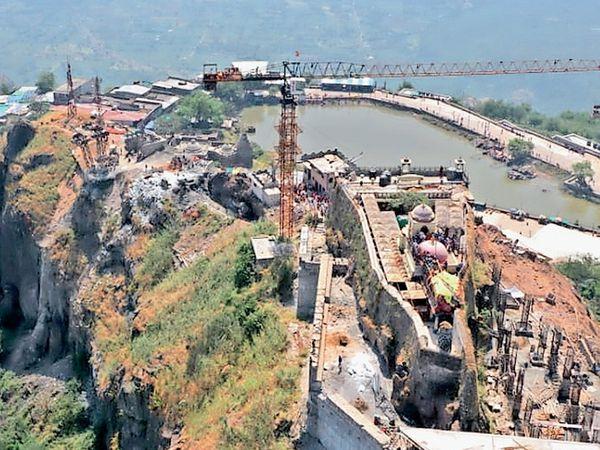 પાવાગઢને સુંદર બનાવવા ગેરકાયદે ખડકાયેલા દબાણો દૂર કરવામાં આવ્યાં હતા. - Divya Bhaskar