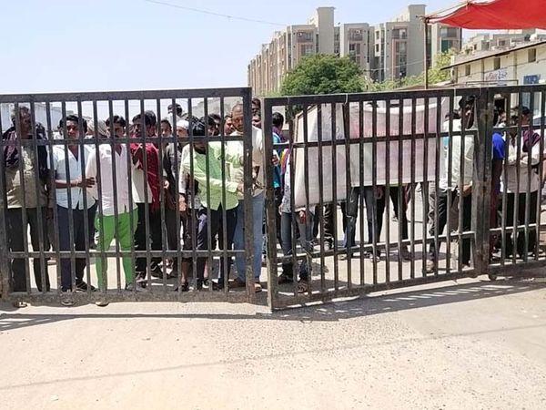 ખેડૂતોએ એપીએમસીમાં પ્રવેશવાનો ગેટ બંધ કરી દીધો હતો. - Divya Bhaskar