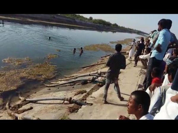 થરાદની મુખ્ય નર્મદા નહેરમાં કરબૂણનો યુવક ડૂબતા તરવૈયાઓ દ્વારા મોડી સાંજ સુધી શોધખોળ હાથ ધરાઇ હતી. - Divya Bhaskar
