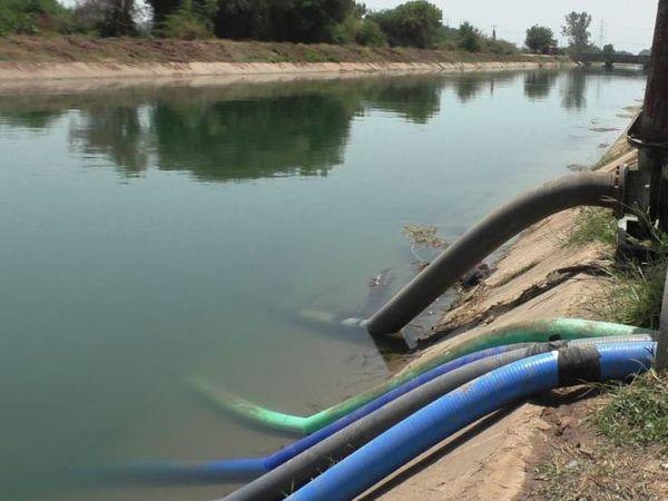 સિતપુર-માંગરોલ ગામેથી પસાર થતી કેનાલમાંથી પાણી ચોરી થતા નાના ખેડૂતો બેહાલ થઈ ગયા છે.  ક્યાંક કેનાલમાં બાકોરા તો પાઇપો નાખી પાણીની ચોરી કરતા હરિયાણાના ખેડૂતોની કરતૂતો સામે રોષ પ્રગટ કરી સ્થાનિક ખેડૂતો દ્વારા સૂત્રોચ્ચાર કરવામાં આવ્યા હતા. - Divya Bhaskar