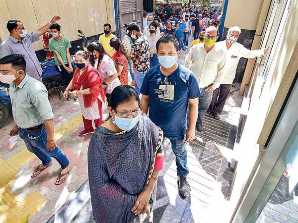 દિલ્હીમાં ગુરુવારે 45 વર્ષથી વધુ ઉંમરના લોકોમાં રસી લેવાનો જબરદસ્ત ઉત્સાહ દેખાયો. - Divya Bhaskar