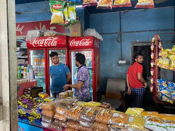 બસ સ્ટેન્ડ પર માસ્ક વિનાના દુકાનદારો