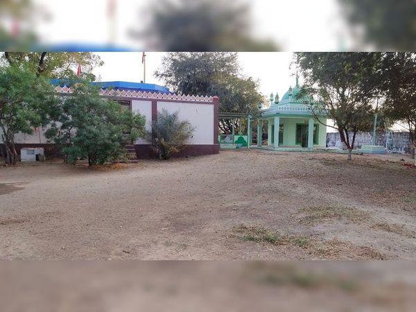 મહાદેવના મંદિરની બાજુમાં આવેલી દરગાહની તસવીર - Divya Bhaskar