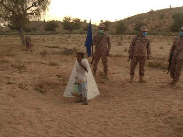 गलती से भारतीय सीमा पार कर गया पाकिस्तानी लड़का करीम, BSF की रवानगी में पीछे मुड़कर देखता है।