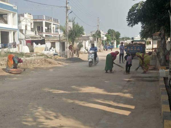 ગામની મહિલાઓ સ્વચ્છતાનું ધ્યાન રાખે છે - Divya Bhaskar