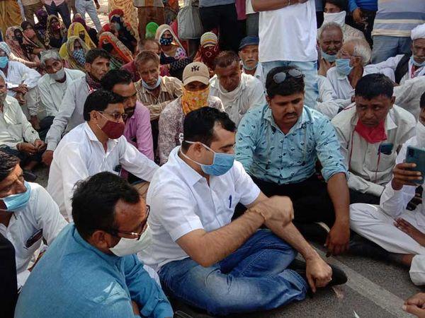 પ્રાંત કલેકટરને જમીન પર બેસાડ્યા પરંતુ આવેદનપત્ર ના પાઠવ્યું - Divya Bhaskar