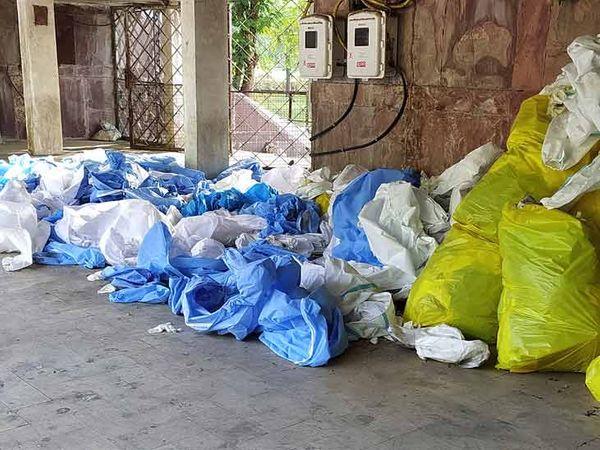 ખાસવાડીમાં પડેલો PPE કિટનો ઢગલો જ બતાવે છે કે અહીં મોટી સંખ્યામાં મૃતદેહોની અંતિમવિધિ થઇ હશે - Divya Bhaskar